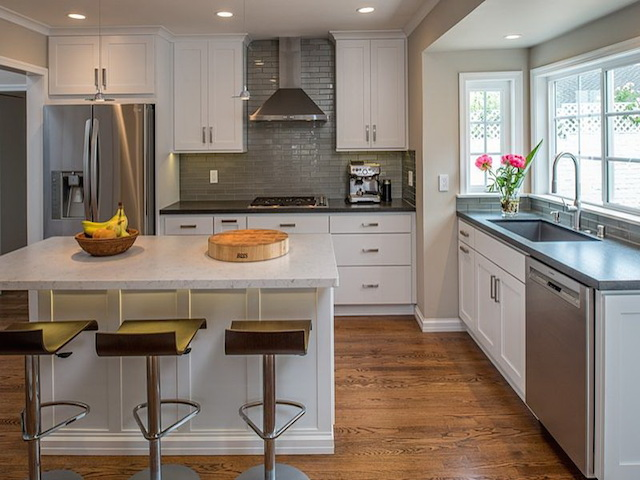 Kitchen Cabinets Using Two Different Colors