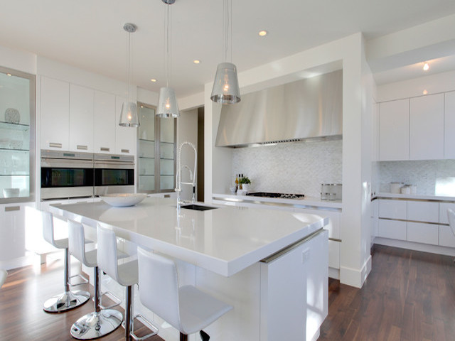 White kitchen cabinets white quartz countertops for Best countertops for white cabinets