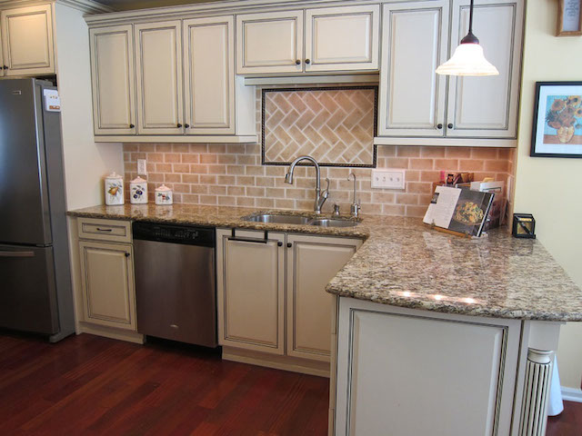 Whitewashed brick backsplash white kitchen cabinets for Kitchen units made of bricks